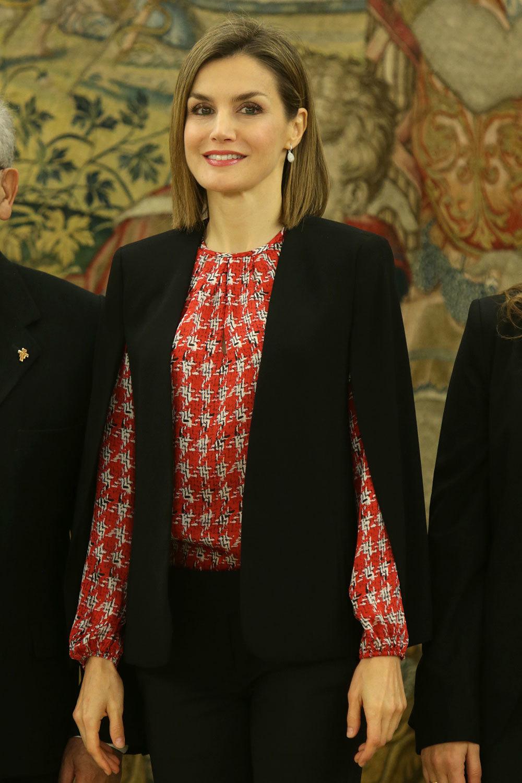 La Reina Letizia lleva una capa de Zara
