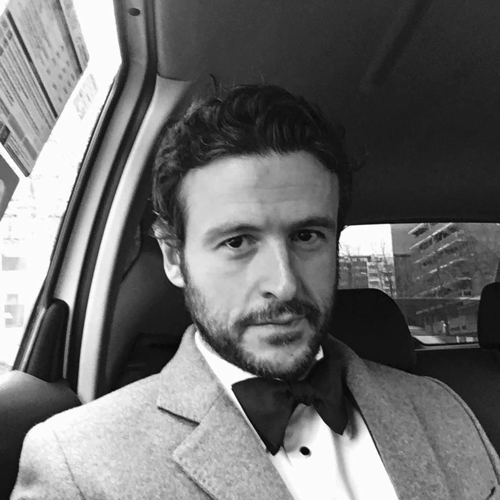 EL actor con pajarita de camino a los Premios Goya 2017.