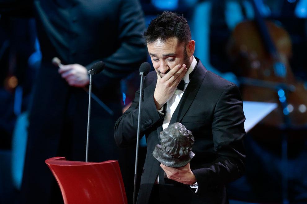Juan Antonio Bayona recogiendo el Goya a mejor director.