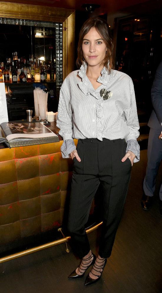 Alexa con OTT Shirt, pantalones masculinos y salones.
