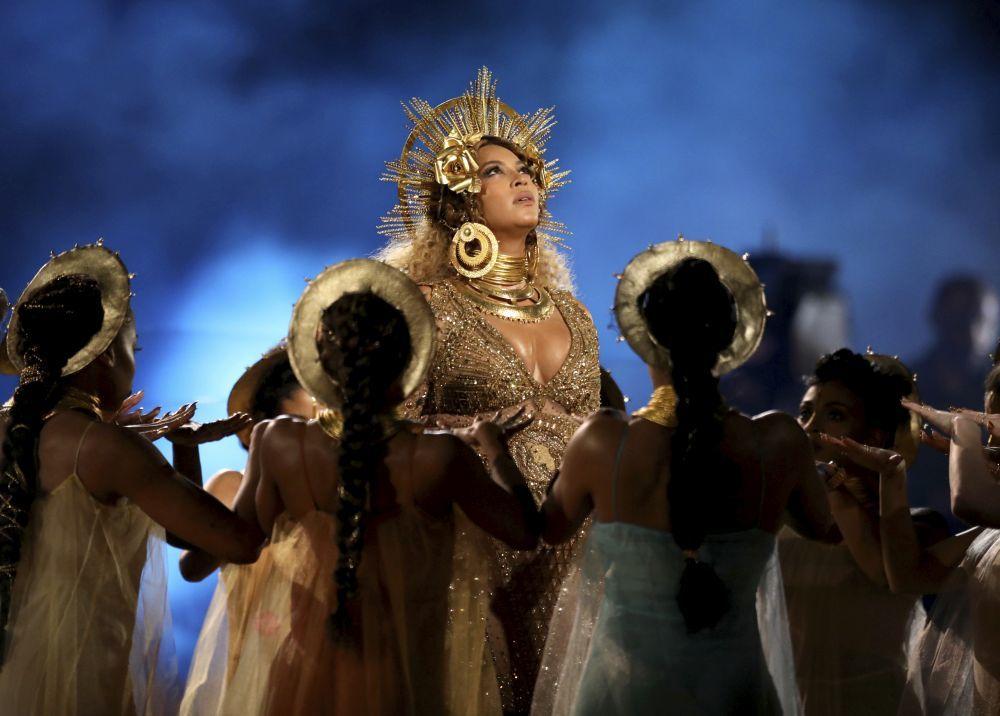 Beyoncé durante su actuación en los Grammy 2017