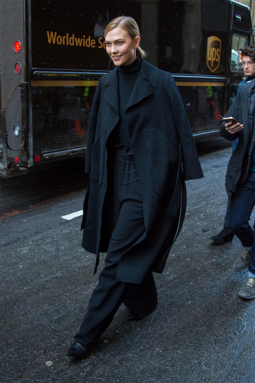 Karlie Kloss con un look monocolor negro