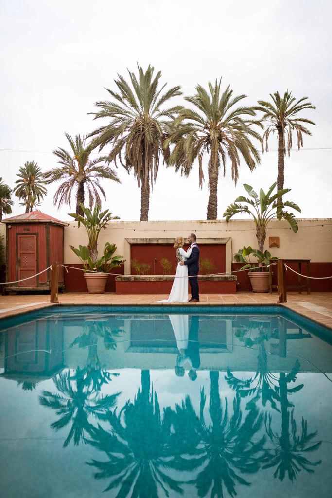 Julia y Luis se casaron en una boda al aire libre en un oasis rodeado...