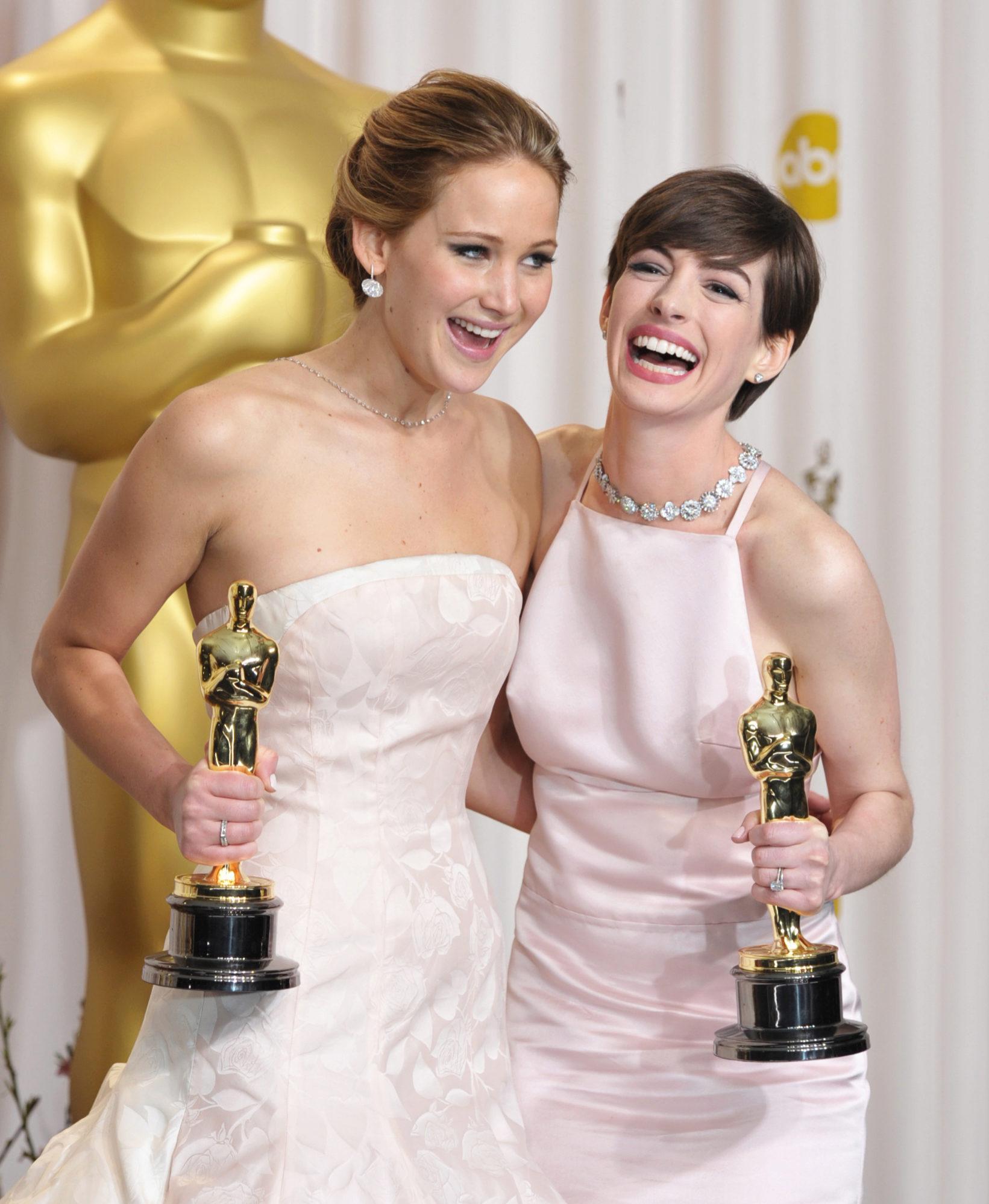 Jennifer Lawrence y Anne Hathaway en la 85º edición de los Premios...