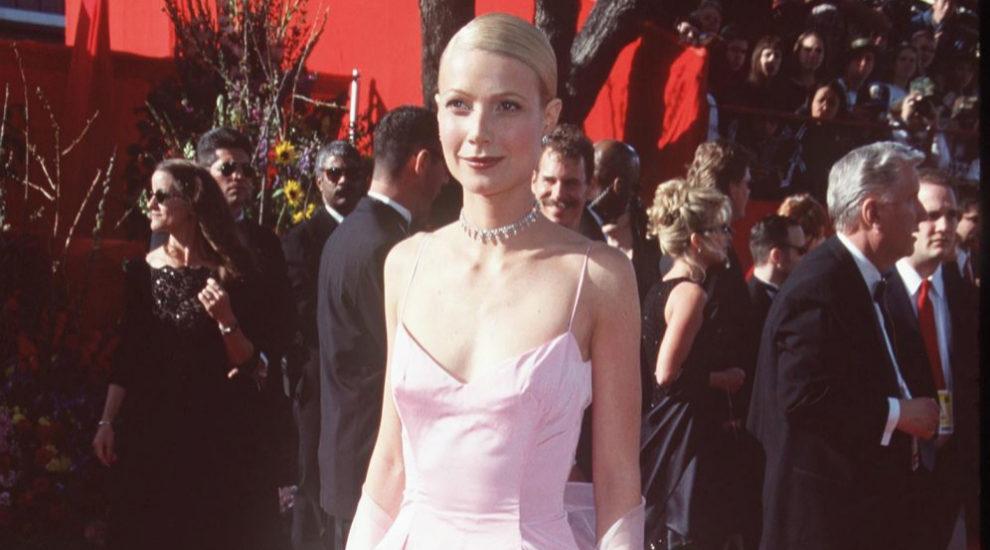 En 1999, la actriz hizo historia con este vestido rosa chicle satinado...