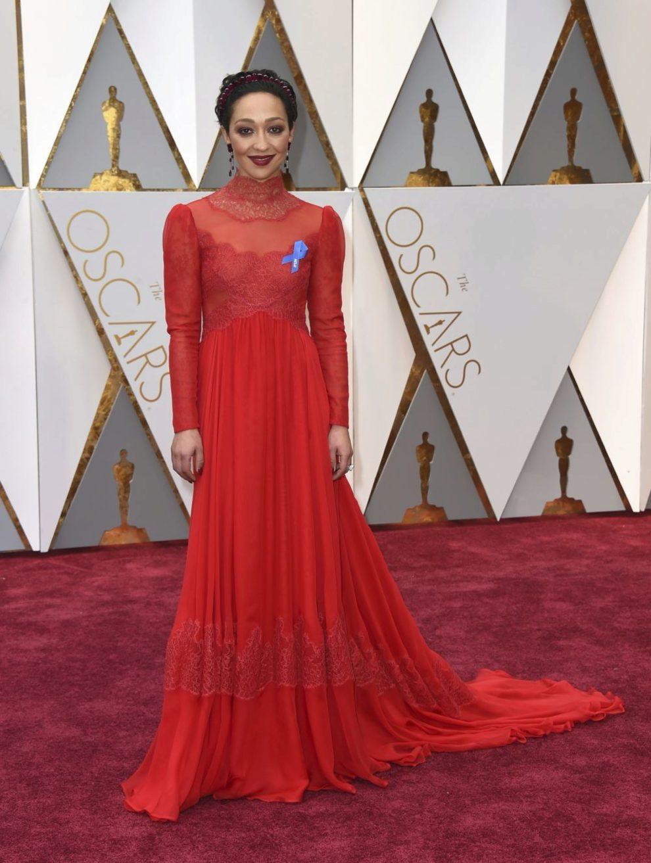 La protagonista de Loving luce una túnica en rojo con...