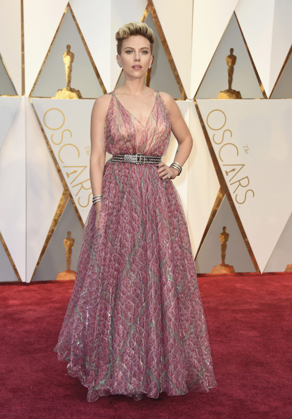 La actriz, que renueva su agresivo corte de pelo, con un vestido...