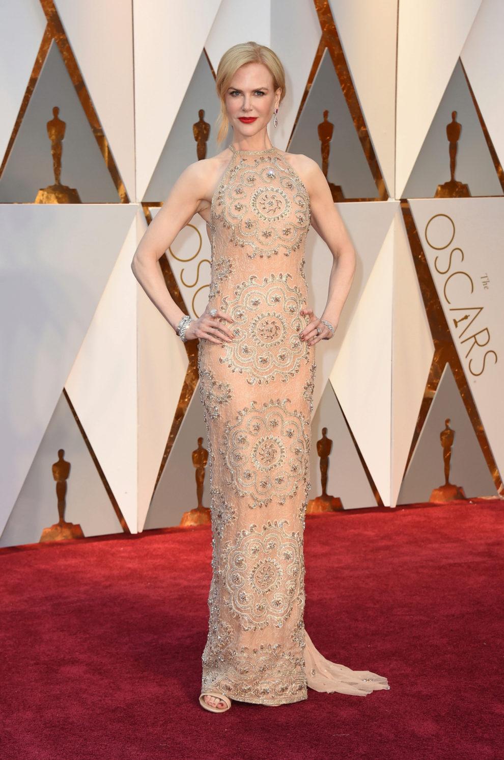 La actriz, nominada por Lion, con un ajustado diseño en color...
