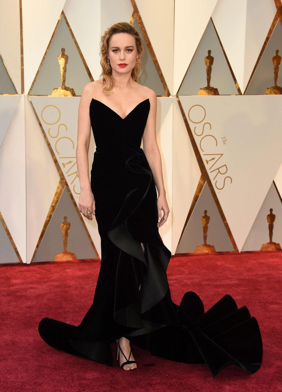 La actriz de Room, con un vestido palabra de honor con escote...