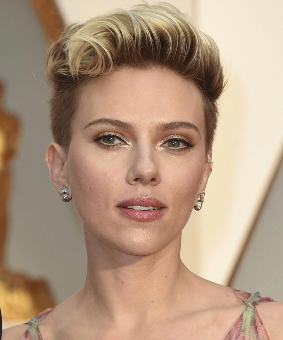 Fiel a su estilo rockero, Scarlett Johansson destacó su corte pixie...