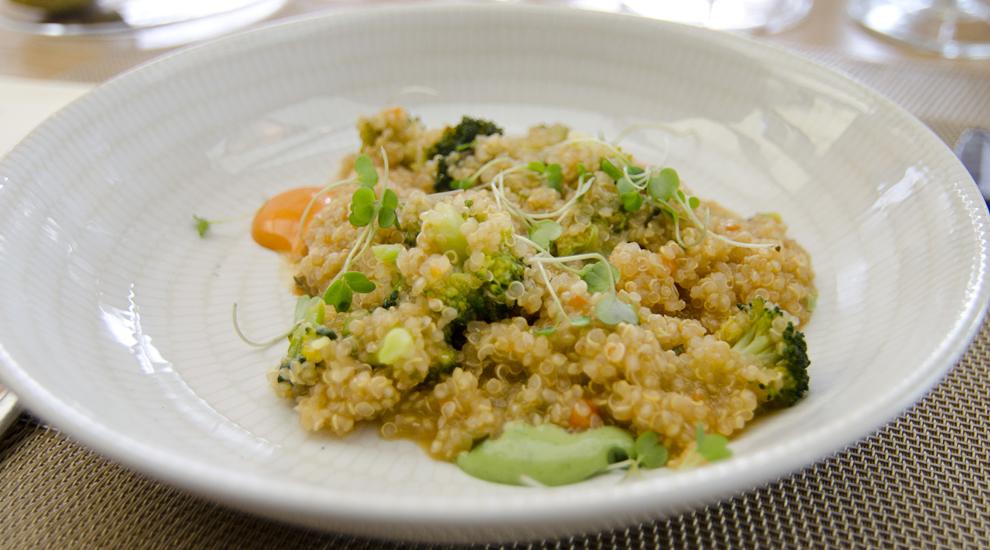 Quinoto con brócoli con salsa de chipotle y de cilantro, una de las...