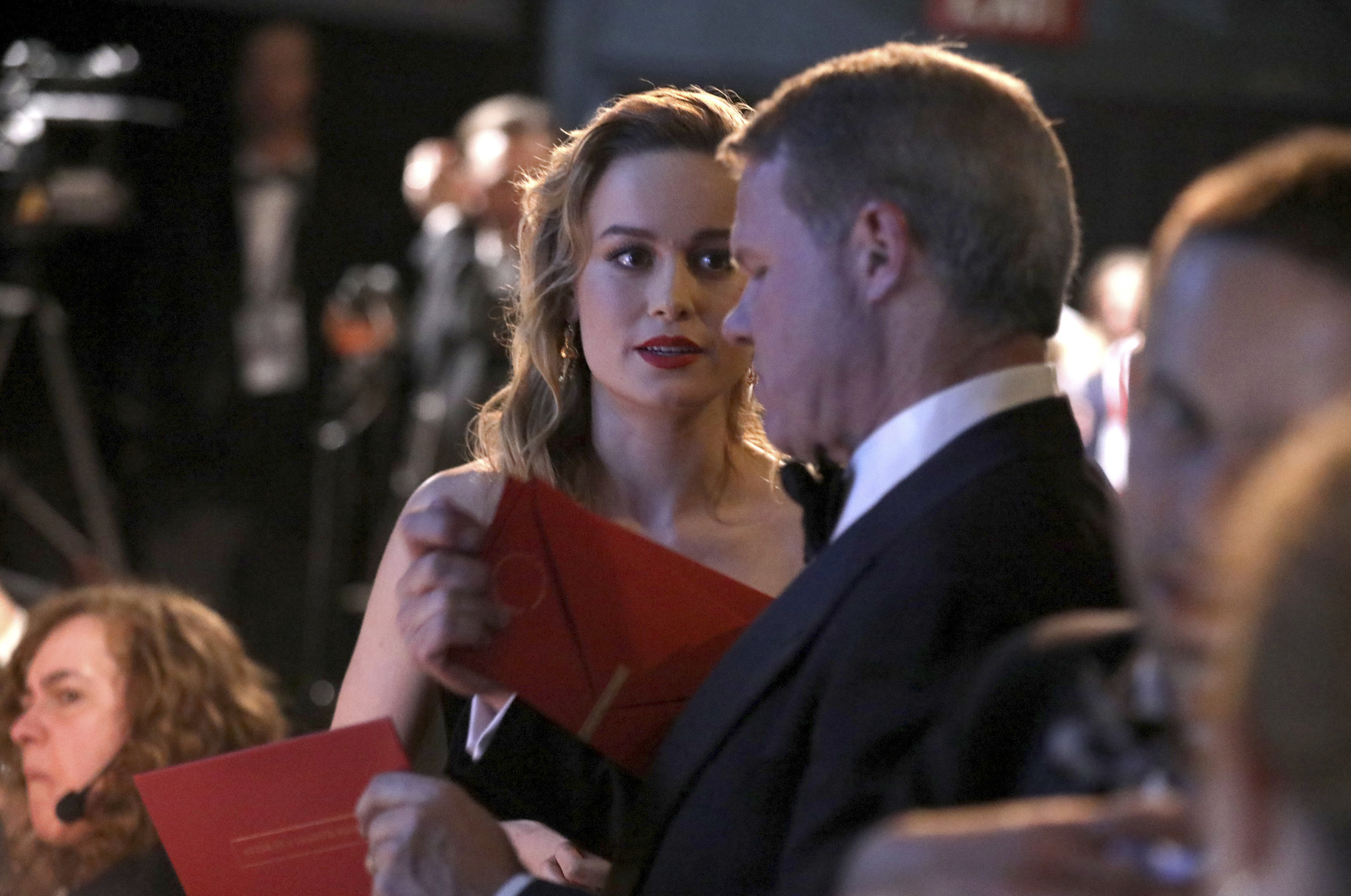 Brian Cullinan, repartiendo uno de los sobres a la actriz  Brie...