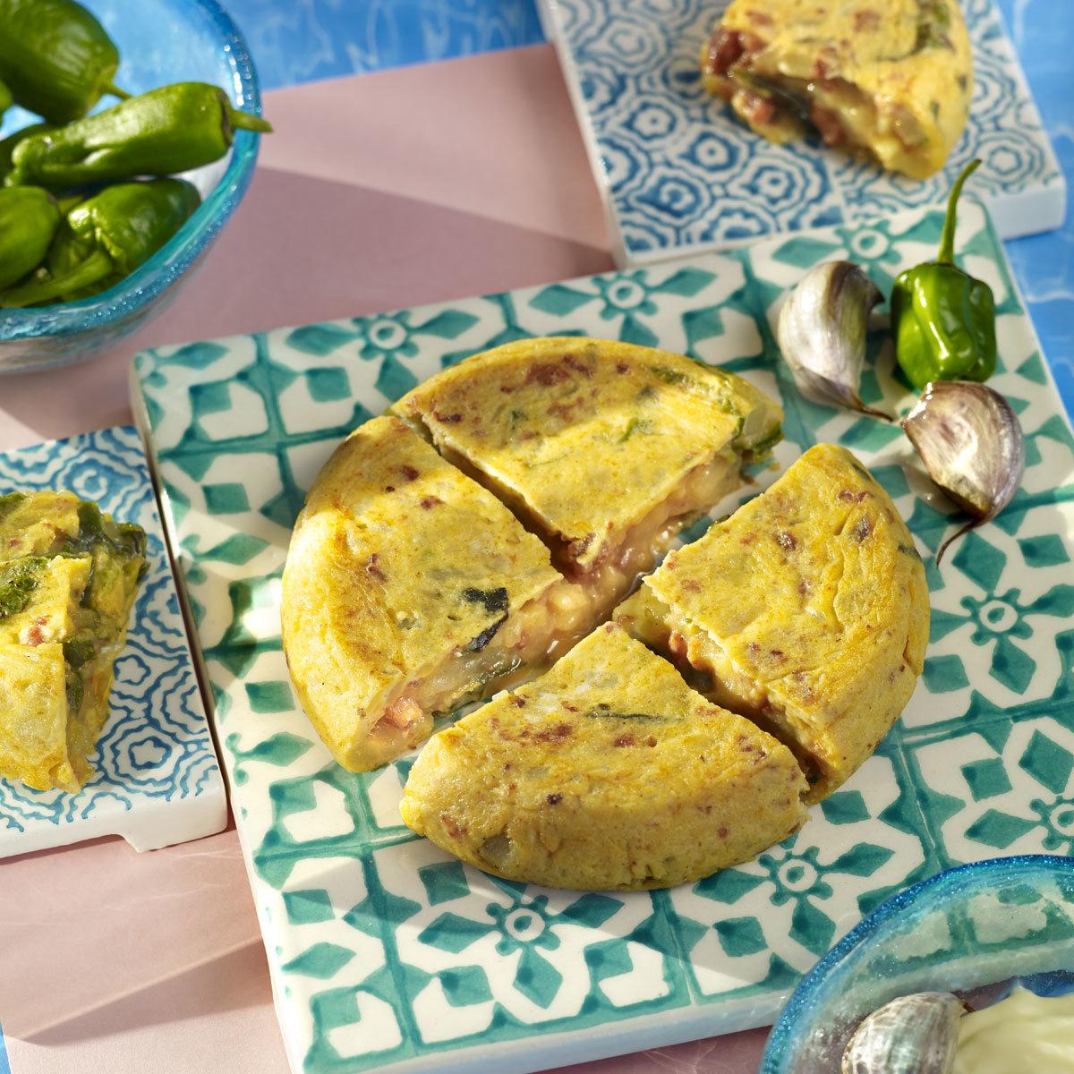 Tortilla de patatas con pimientos y chorizo
