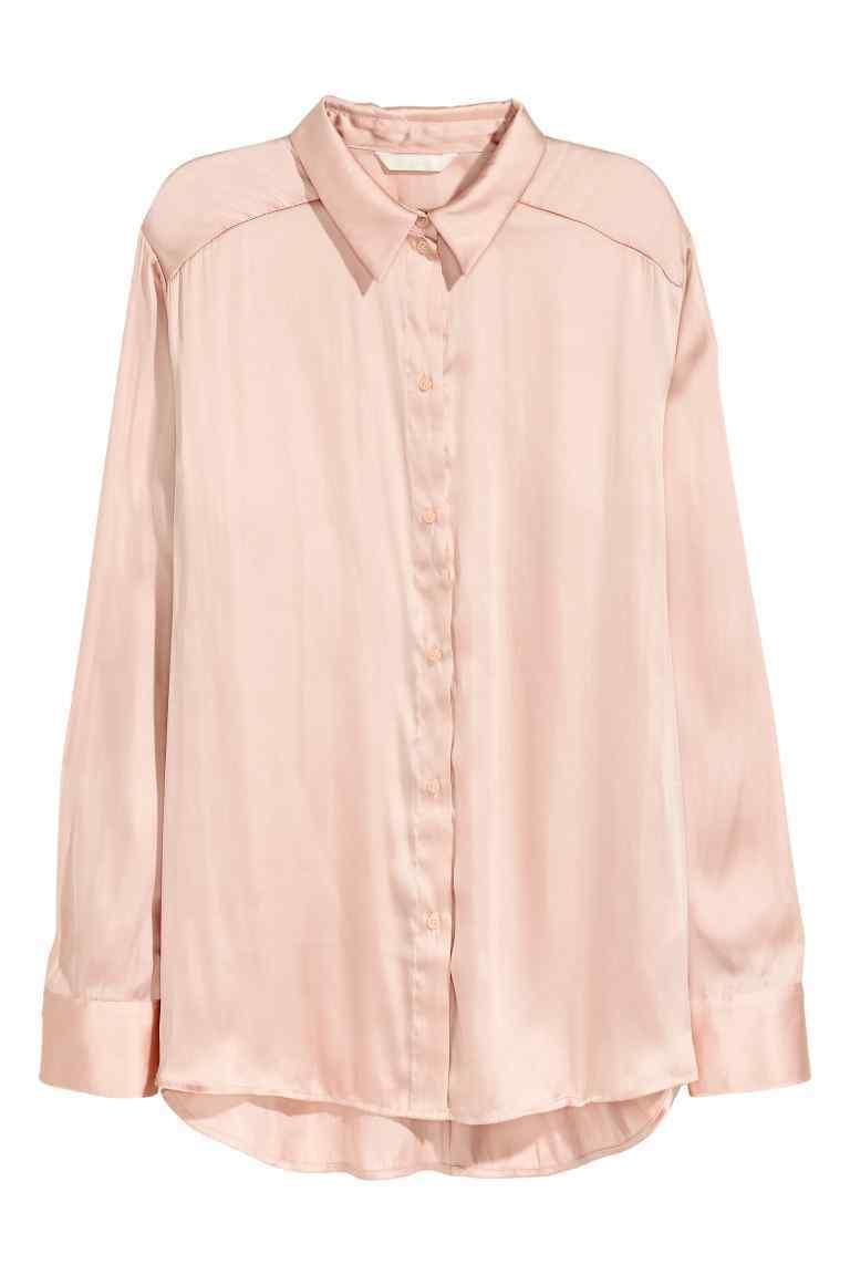 Camisa rosa de satén. De H&M (12,99 euros).