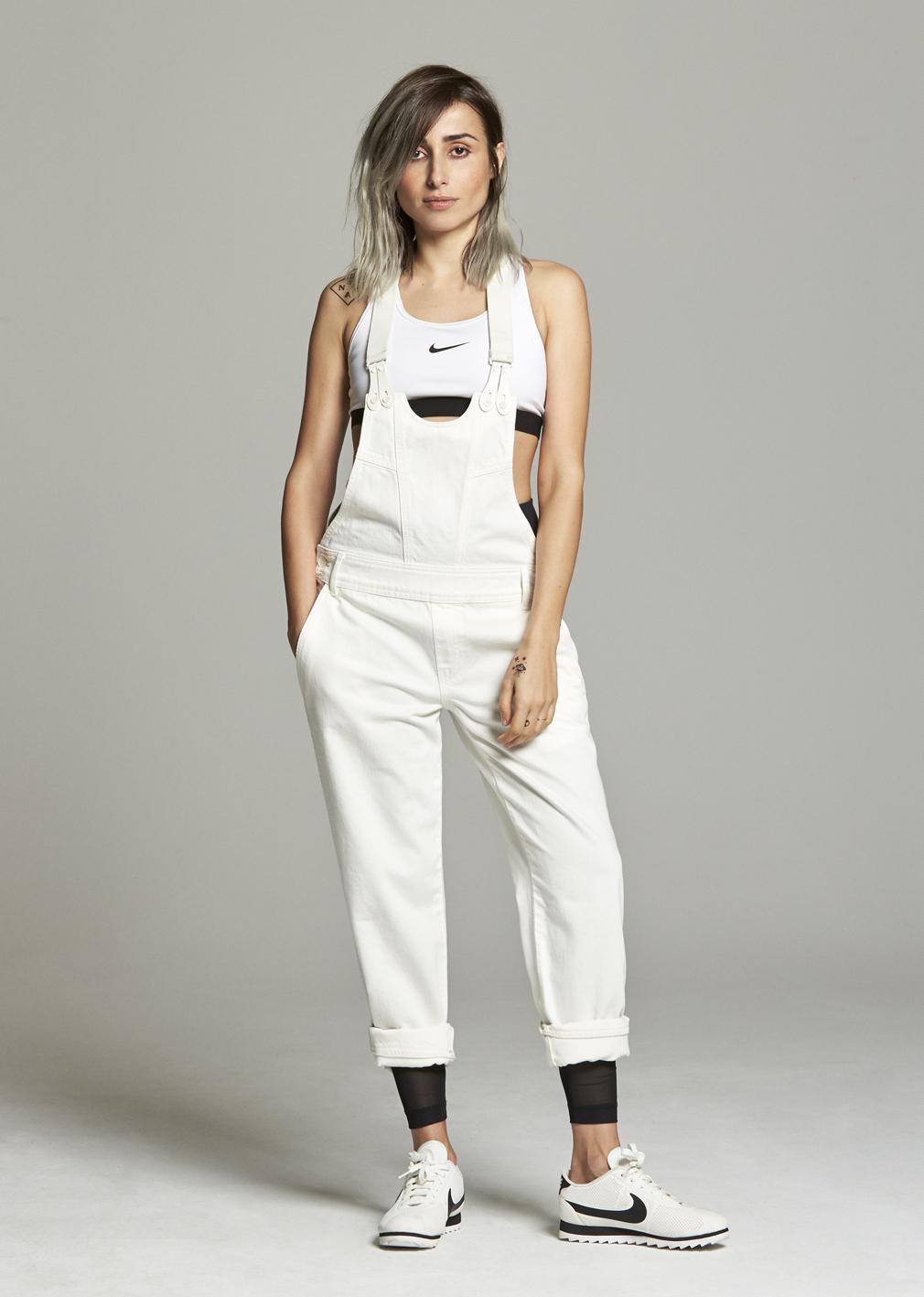 Zahara lleva top, leggings y zapatillas modelo Cortez de NIKE y peto...