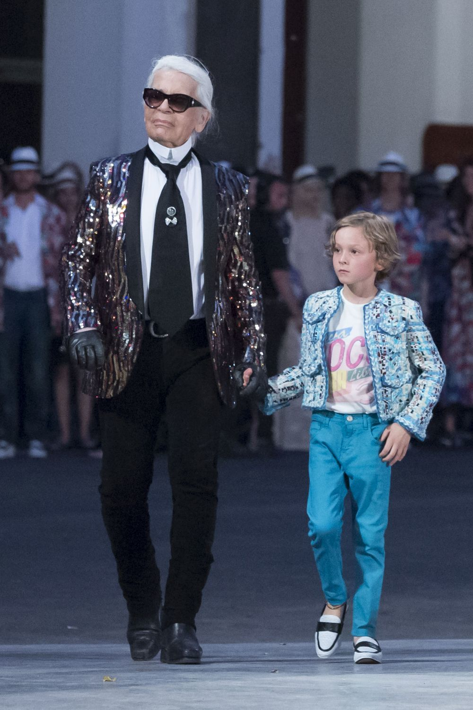 Karl Lagerfeld y su ahijado en la presentación de Chanel Cruise en La...