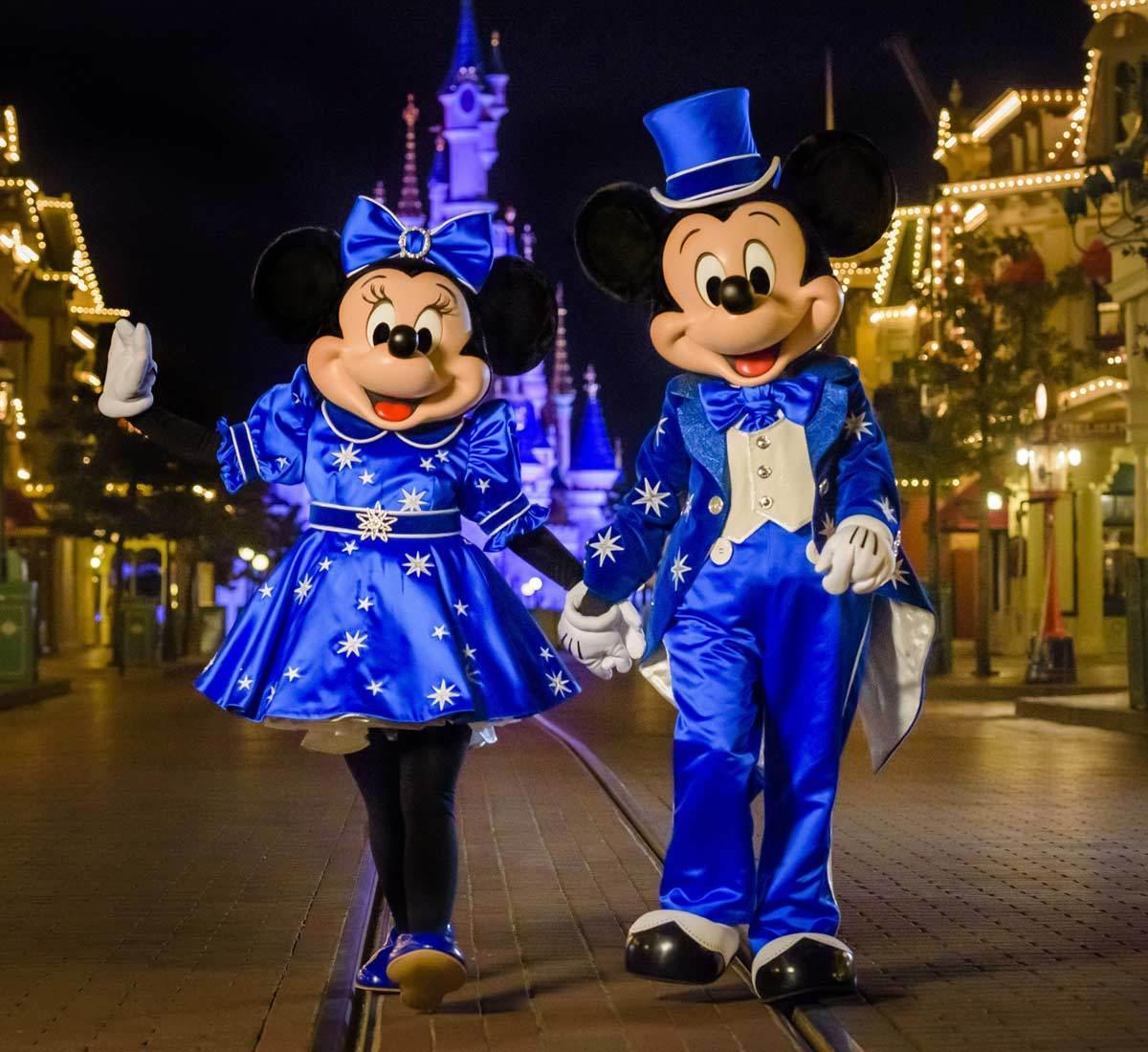 Mickey y Minnie Mouse con trajes diseñados especialmente para el 25...