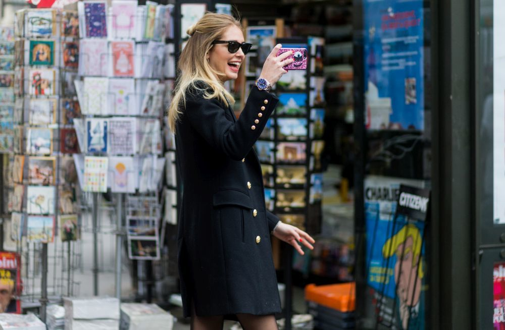 Chiara Ferragni con teléfono móvil iphone haciendo una foto
