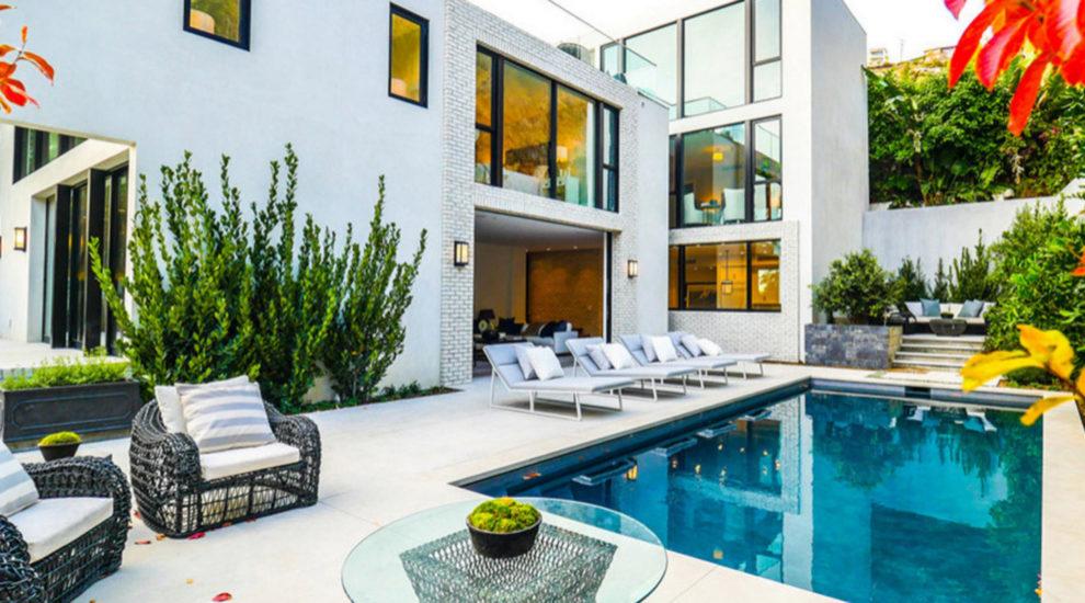 La parte de jardín (con una gran piscina) se integra con el salón a...