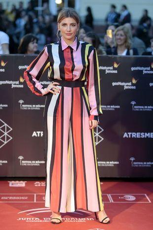 Miriam Giovanelli con un espectacular vestido de rayas multicolor obra...