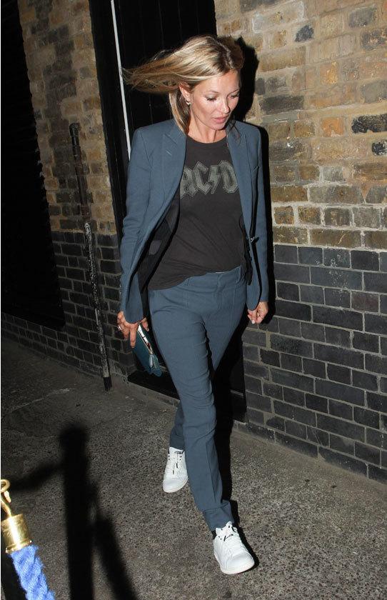 Kate Moss con sastre y zapatillas