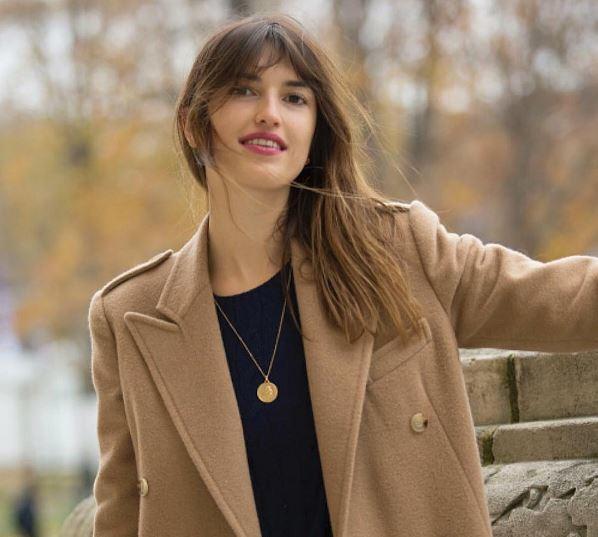 La modelo y bloguera francesa nunca se quita su medalla, que tiene un...