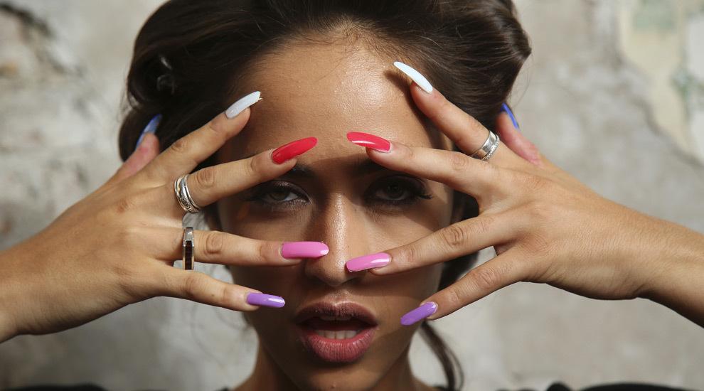 Con colores vivos y en formato XXL, se llevan las uñas largas y en...