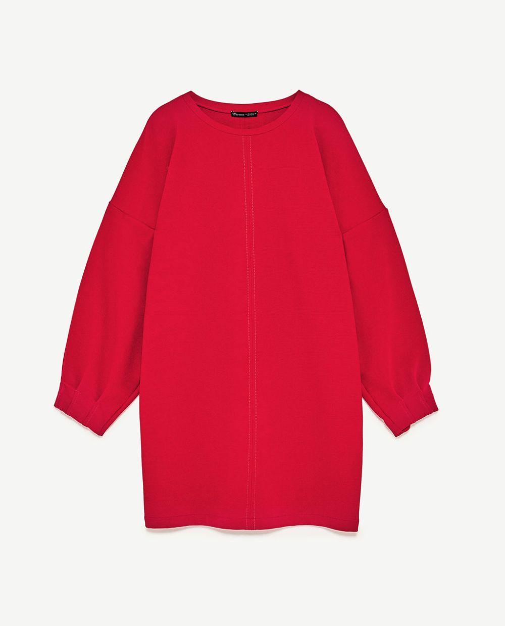 Vestido rojo fluído. De Zara (25,95 euros).