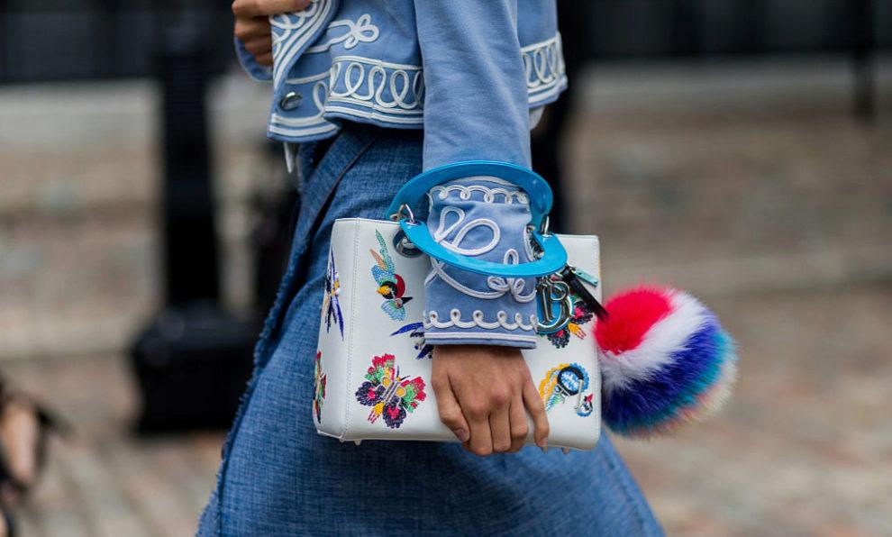Bolso de Dior con detalle de pelo de Fendi durante la Londres Fashion...