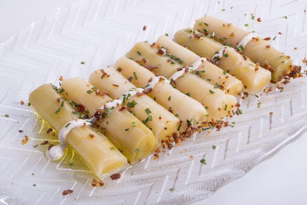 Puerros confitados con tartufata y miel, crujiente de jamón ibérico.