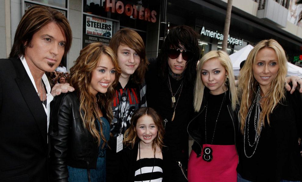 Miley Cyrus con su numerosa familia en una imagen de 2009, en el...