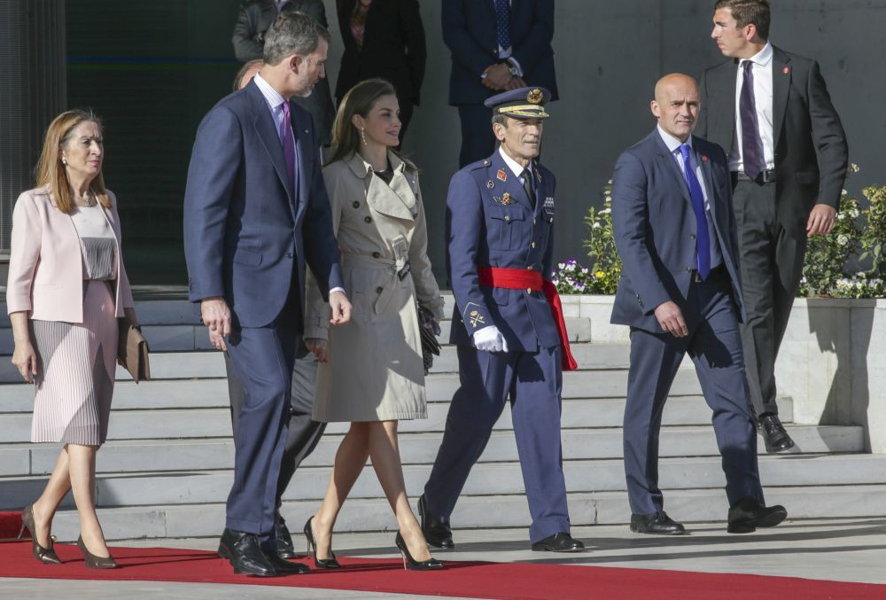 La Reina Letizia antes de subir al avión para viajar a Japón