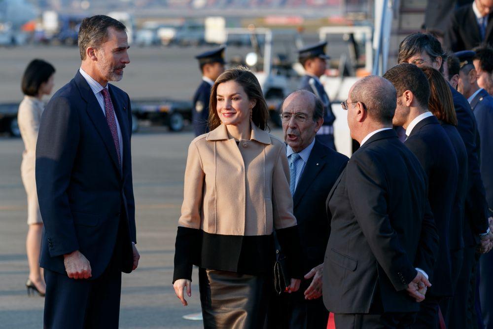 Letizia cambia de chaqueta al aterrizar en Japón