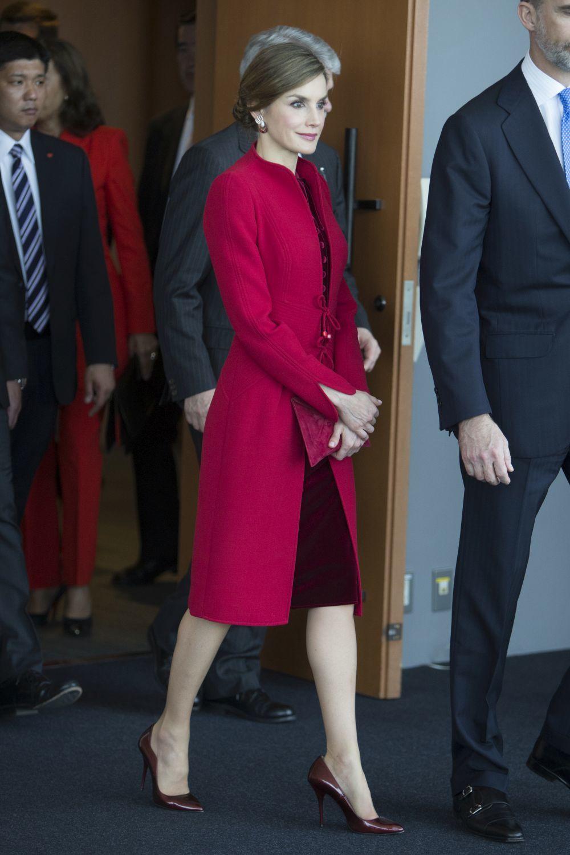 La Reina Letizia con un abrigo de Varela en Japón