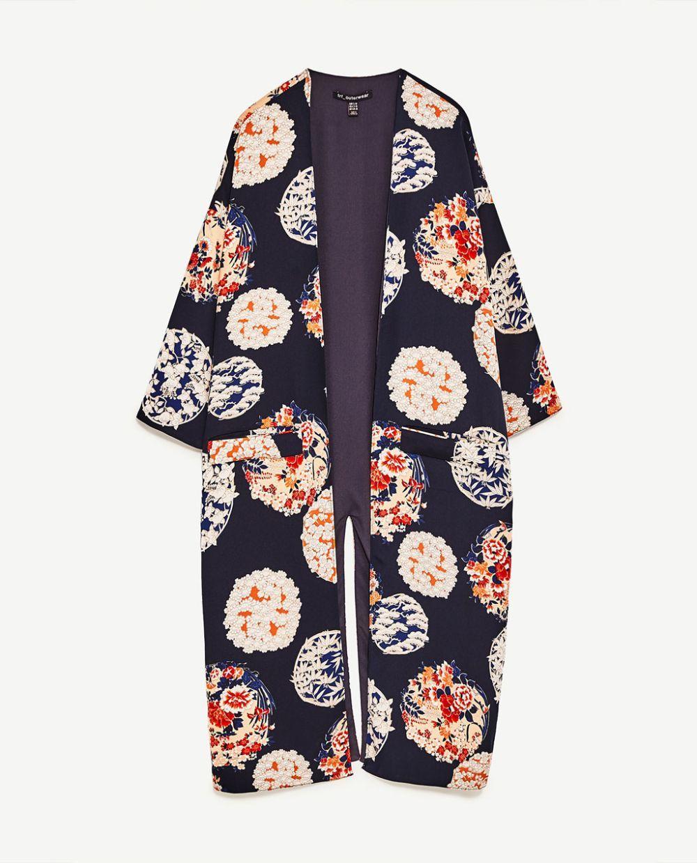 Chaqueta kimono estampada. De Zara (39,95 euros).