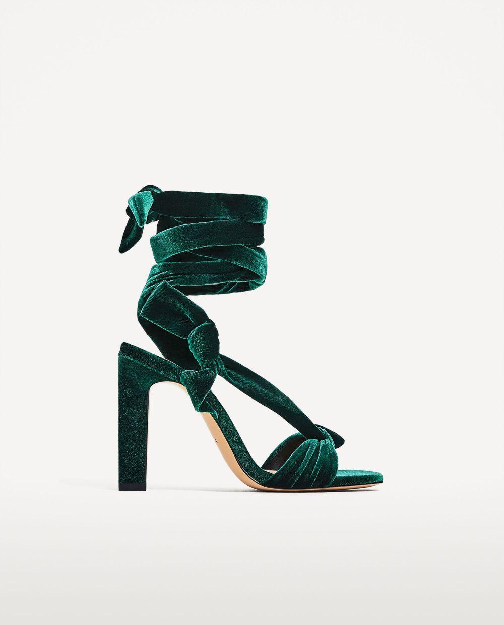 Sandalias con lazada. De Zara (29,95 euros).