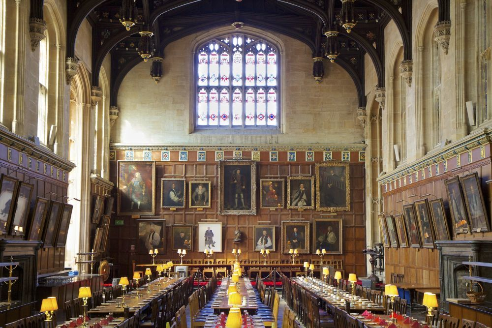 La gran sala, donde las velas flotan en el aire,  el sombrero...