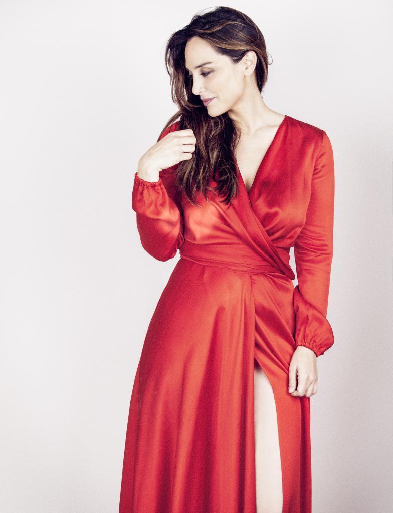 Tamara Falcó con vestido rojo cruzado de CH, CAROLINA HERRERA.