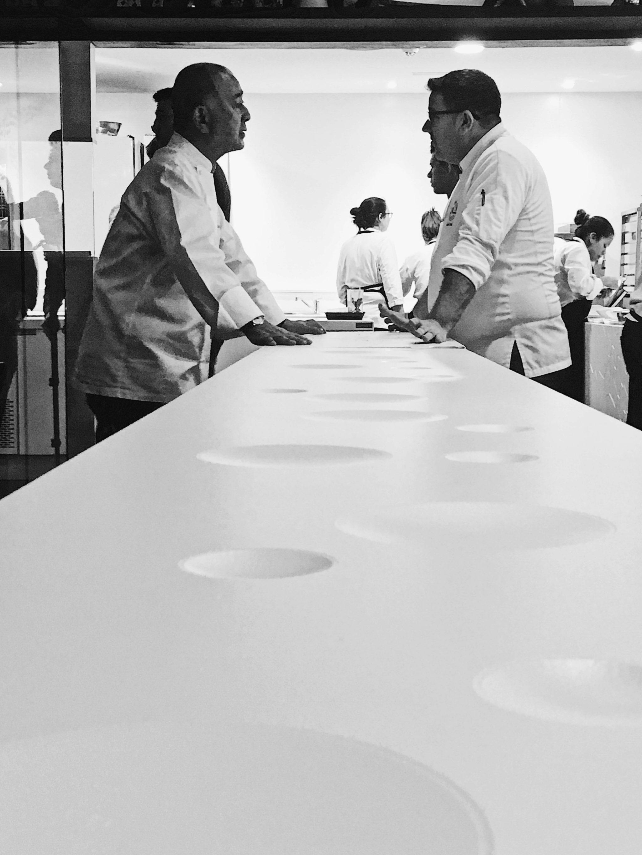 Nobu y Dani García se coordinan antes de empezar a cocinar.