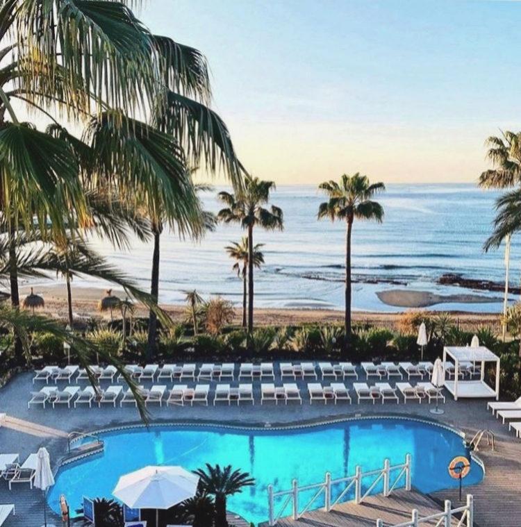 Vista desde el Hotel Puente Romano de su piscina climatizada y de la...