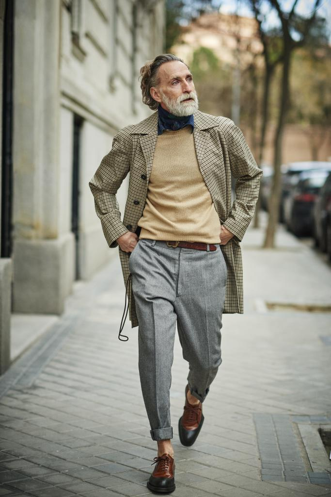 Pedro Monjardín con gabardina y zapatos de PRADA; camisa FERNANDO DE...