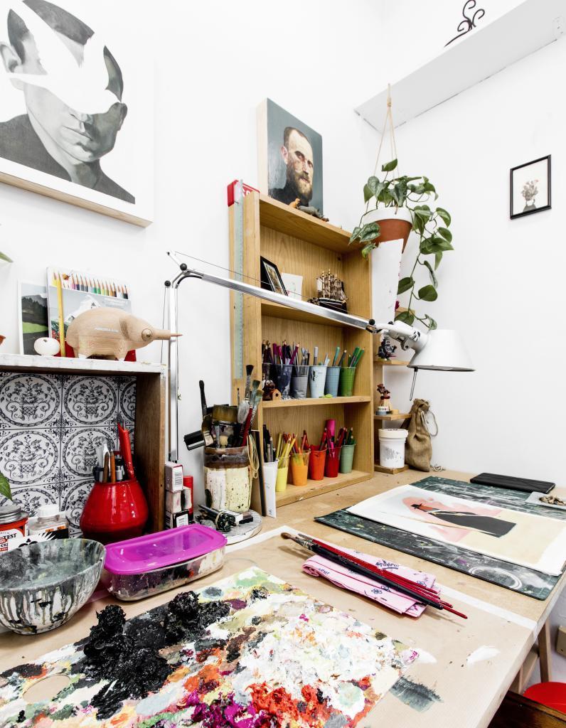 Mesa de trabajo de David de las Heras. Pinceles, óleos y obra acabada...