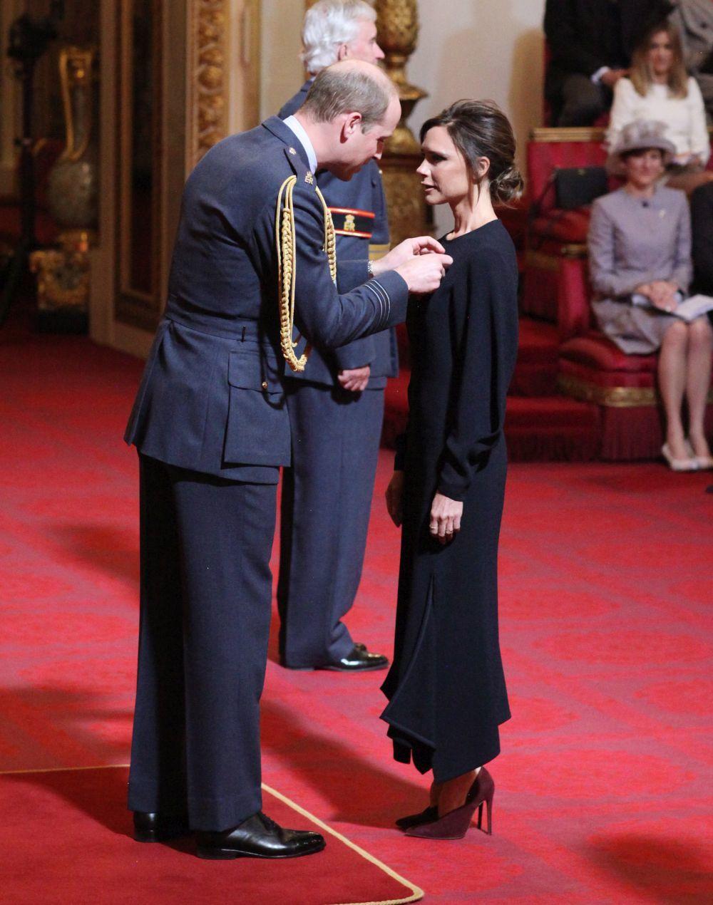Victoria Beckham recibe la condecoración del príncipe Guillermo