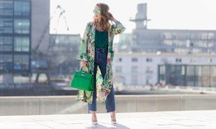 La modelo y bloguera Alexandra Lapp lleva el famoso kimono de flores...