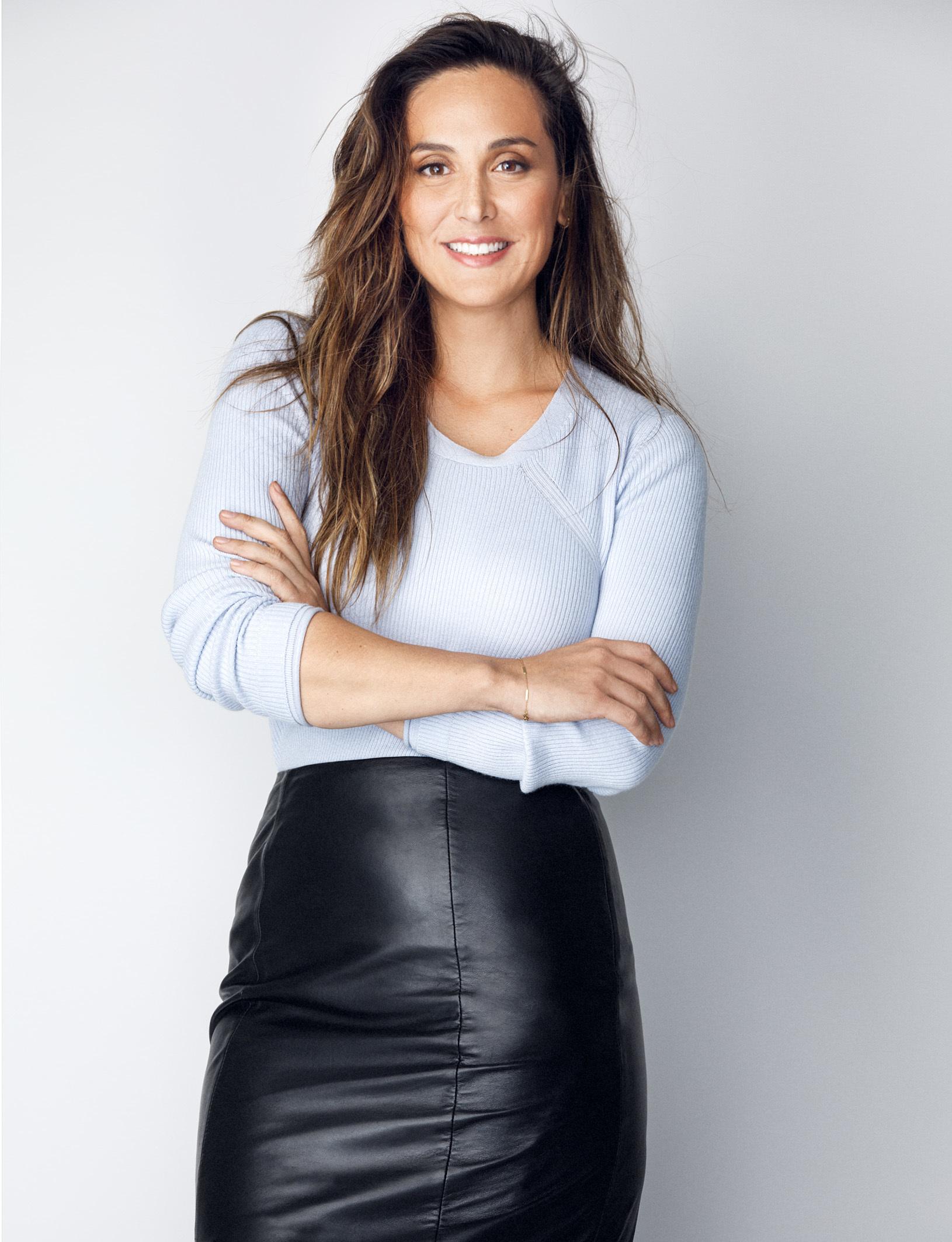 Tamara Falcó lleva jersey de canalé azul, PEDRO DEL HIERRO y falda...