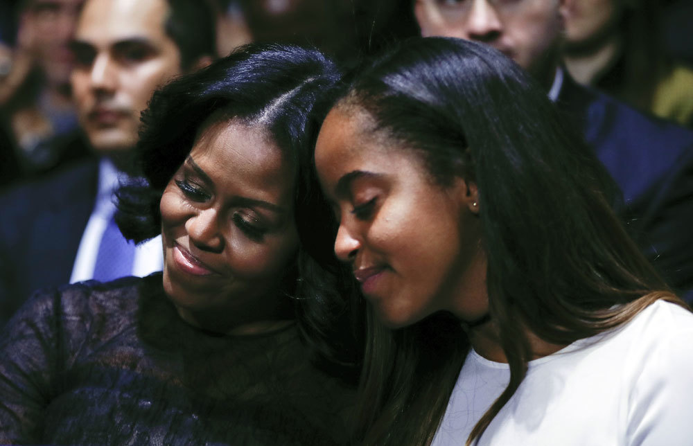 Malia junto a su madre, Michelle Obama.