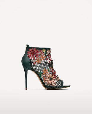 Sandalia con rejilla y flores de Zara. 69,95 euros.