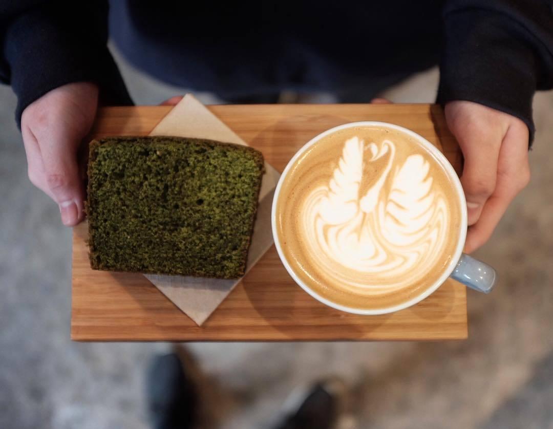 Café + tarta macha en 'HanSo Café'