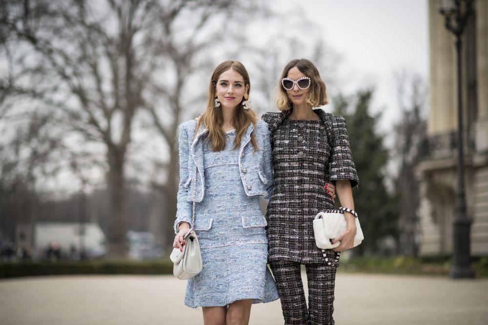 En versión falda o pantalón, los míticos trajes de tweed de Chanel...