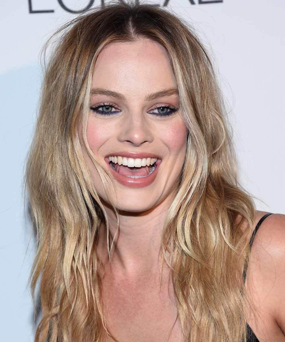 Margot Robbie enfatiza su melena con mechas balayage a pincel en...